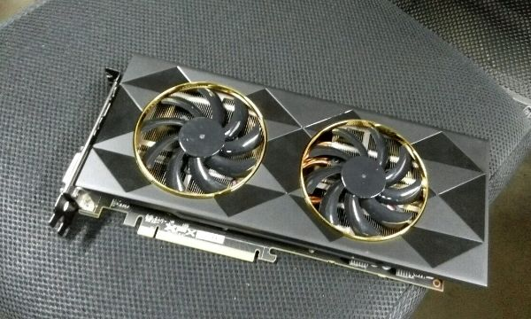 XFX Radeon R9 390 Double Dissipation si mette in posa
